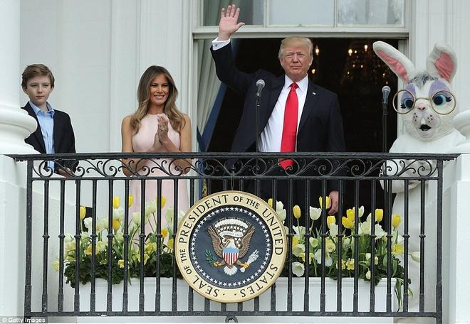 Tong thong Trump quen dat tay len nguc khi hat quoc ca hinh anh 1