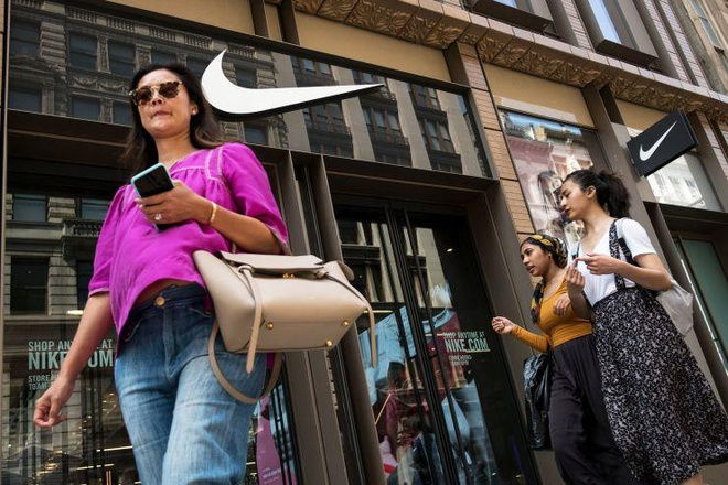 Nike bi phat 14 trieu USD vi can tro viec ban hang cua MU, Barca hinh anh 1