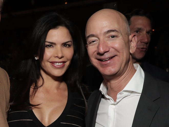 Mua he hao nhoang cua ty phu so mot the gioi Jeff Bezos va nhan tinh hinh anh 2