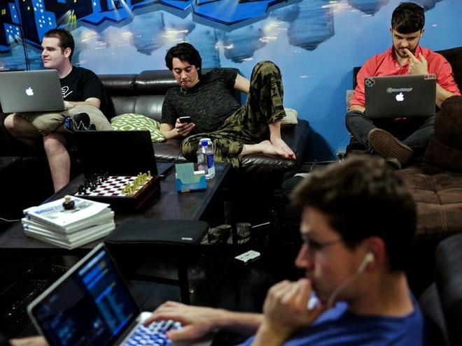 Phần lớn những khách thuê ở các ngôi nhà chung thường dưới 30 tuổi và làm các nghề như  kỹ sư phần mềm, nhà thiết kế giao diện, chuyên viên phân tích, và kỹ sư thực tế ảo. Ảnh: Reuters.