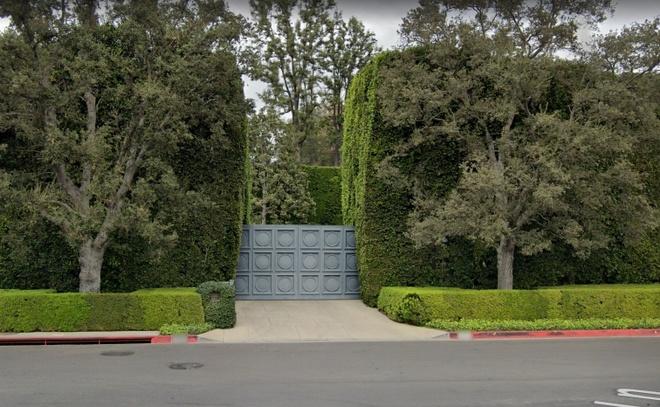 Với giá 165 triệu USD, căn biệt thự đã lập kỷ lục khi trở thành ngôi nhà được bán đắt nhất lịch sử bang California. Kỷ lục trước đó thuộc về một căn biệt thự trị giá 150 triệu USD. Ảnh: Google Maps.
