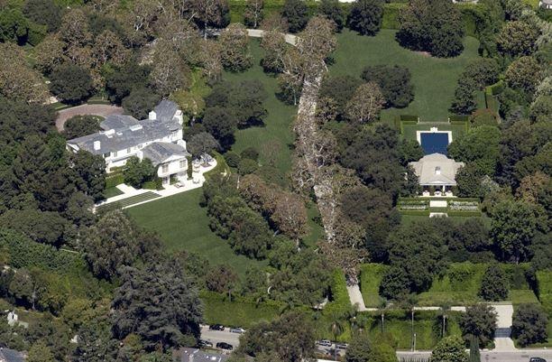 Biệt thự mà ông chủ Amazon mua vào tháng 2/2020 tọa lạc tại khu Beverly Hills hào nhoáng, thành phố Los Angeles (California, Mỹ). Ảnh: Google Maps.