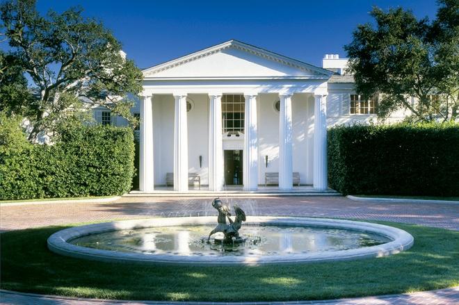 Ngôi nhà được miêu tả như một cung điện cho các bữa tiệc tùng xa hoa. Những tiện nghi cao cấp ở đây gồm có 2 nhà khách, sân tennis, hồ bơi, sân golf 9 lỗ, nhà để xe, và trạm bơm xăng. Ảnh: TMZ.