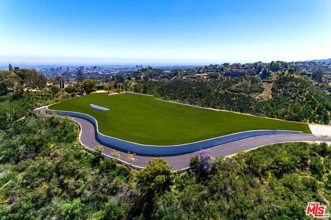 Không chỉ mua căn biệt thự sang trọng, tỷ phú giàu nhất thế giới còn chi 90 triệu USD để sở hữu một mảnh đất rộng gần 49 ha cách đó chỉ khoảng 2,7 km. Ảnh: Realtor.