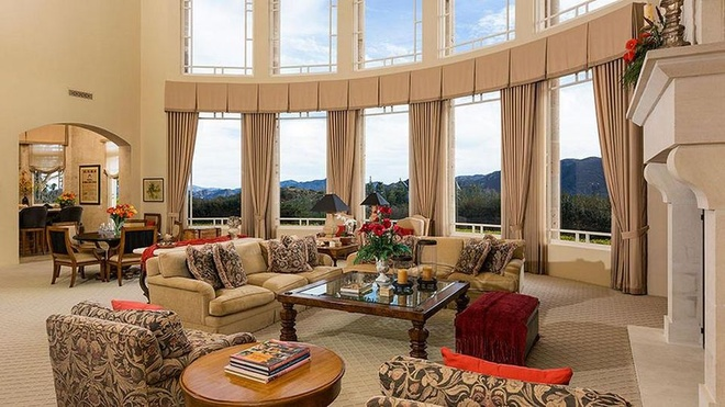 Biet thu 7,4 trieu USD noi Britney Spears dang tu cach ly hinh anh 3 https_blogs_images.forbes.com_kristintablang_files_2015_10_Britney_Spears_Thousand_Oaks_Villa_Great_Room_Forbes.jpg