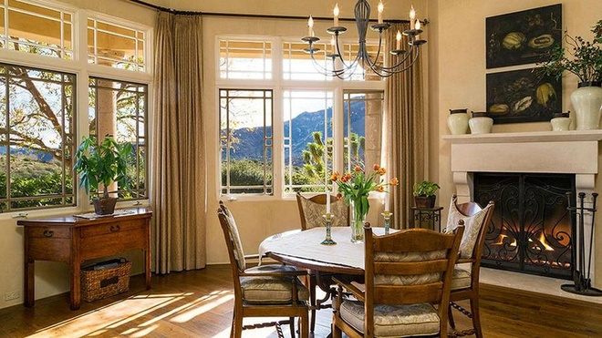 Biet thu 7,4 trieu USD noi Britney Spears dang tu cach ly hinh anh 7 https_blogs_images.forbes.com_kristintablang_files_2015_10_Britney_Spears_Thousand_Oaks_Villa_Informal_Dining_Area_Forbes.jpg