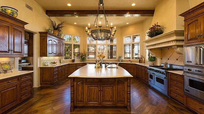 Biet thu 7,4 trieu USD noi Britney Spears dang tu cach ly hinh anh 6 https_blogs_images.forbes.com_kristintablang_files_2015_10_Britney_Spears_Thousand_Oaks_Villa_Kitchen_Forbes.jpg