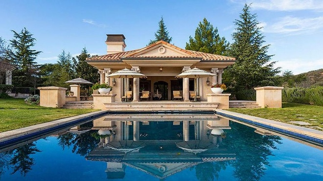 Biet thu 7,4 trieu USD noi Britney Spears dang tu cach ly hinh anh 10 https_blogs_images.forbes.com_kristintablang_files_2015_10_Britney_Spears_Thousand_Oaks_Villa_Poolside_Pavilion_Exterior_Forbes.jpg