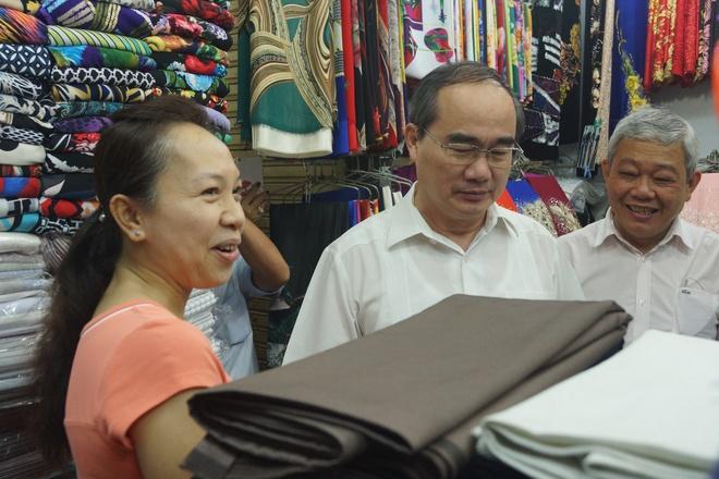 Bi thu Thanh uy Nguyen Thien Nhan tham tieu thuong cho An Dong hinh anh 2