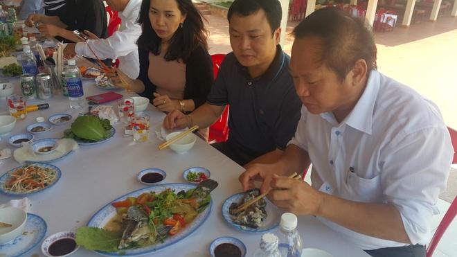 Bo truong Thong tin, Chu tich Da Nang an ca o bien hinh anh 2