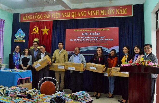Hoi xuat ban Viet Nam tang hon 10.000 cuon sach va tap chi cho hoc sinh tieu hoc Quang Binh anh 1
