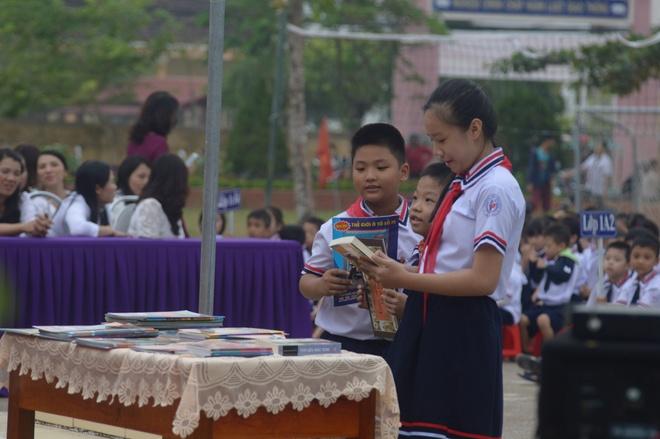 Hoi xuat ban Viet Nam tang hon 10.000 cuon sach va tap chi cho hoc sinh tieu hoc Quang Binh anh 3