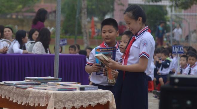 Hoi Xuat ban tang hoc sinh Quang Binh hon 10.000 cuon sach, tap chi hinh anh