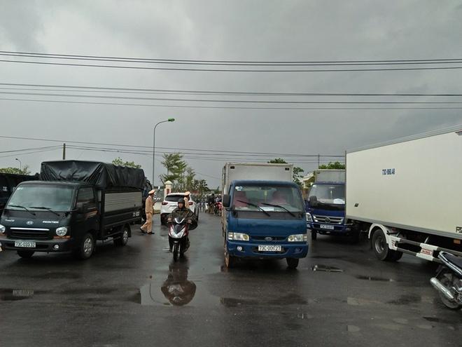 Quoc lo 1 qua Quang Binh tac cuc bo vi dan dem xe den vay tram thu phi hinh anh