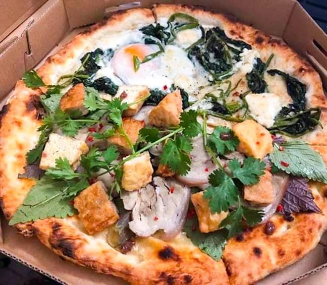 Hình ảnh pizza bún đậu mắm tôm in trong menu và ngoài đời thật. Ảnh:Ami Huỳnh.