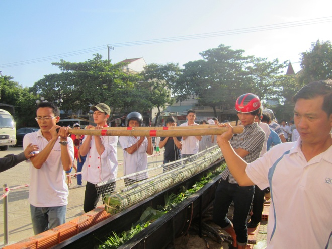 Goi banh tet dai 16 met dang liet si Thanh co Quang Tri hinh anh