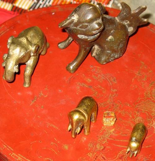 Địa phương nào được vua Hàm Nghi tặng 2 con voi bằng vàng?