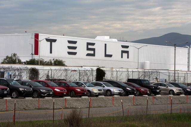 Hang xe Tesla sa thai hang tram nhan vien hinh anh