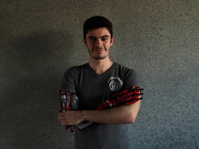 Sinh vien tu che canh tay robot tu LEGO, dung duoc nhu tay that hinh anh 1