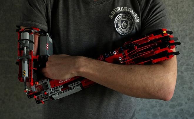 Sinh vien tu che canh tay robot tu LEGO, dung duoc nhu tay that hinh anh 2