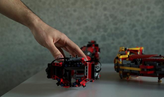 Sinh vien tu che canh tay robot tu LEGO, dung duoc nhu tay that hinh anh 3