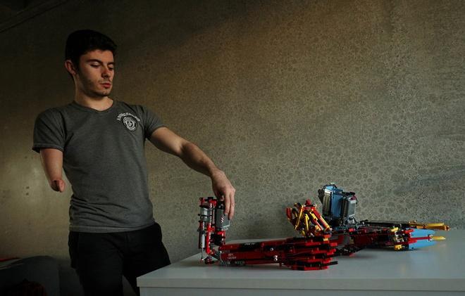 Sinh vien tu che canh tay robot tu LEGO, dung duoc nhu tay that hinh anh 4