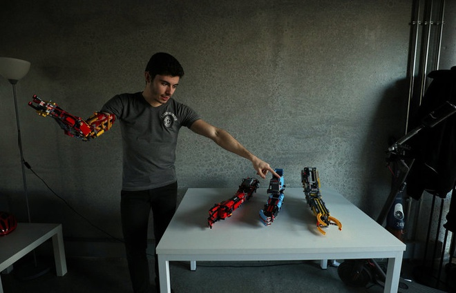 Sinh vien tu che canh tay robot tu LEGO, dung duoc nhu tay that hinh anh 5