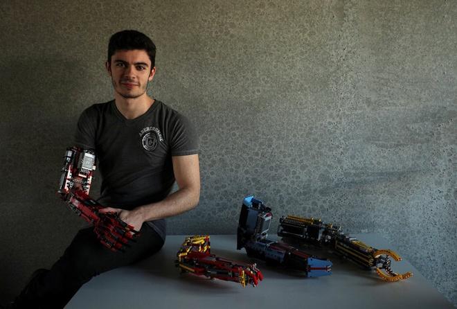 Sinh vien tu che canh tay robot tu LEGO, dung duoc nhu tay that hinh anh 8