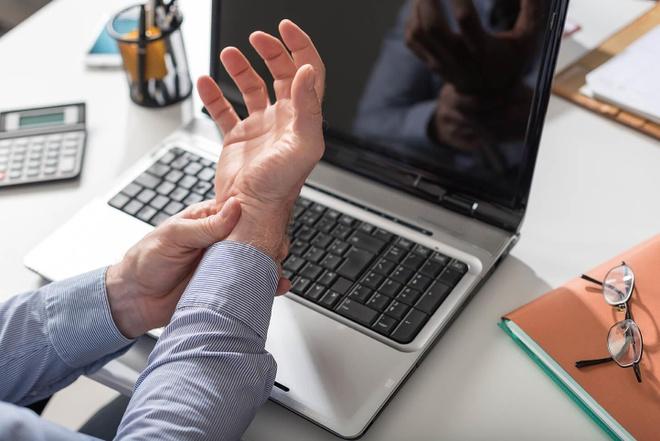 Căn bệnh gây ám ảnh với những người 'dành cả thanh xuân' ở văn phòng
