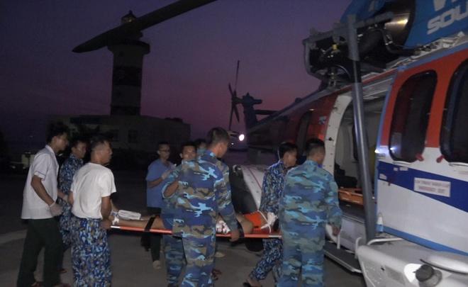 Trực thăng đưa chiến sĩ từ Trường Sa vào đất liền cấp cứu