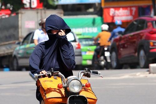 Không che chắn, không thoa kem chống nắng và dưỡng ẩm... khiến làn da bị cháy nắng, đen sạm và hư tổn nặng nếu kéo dài. Ảnh: TTXVN.