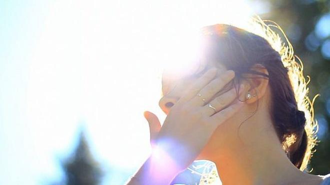Tiếp xúc trực tiếp với ánh nắng mặt trời trong thời dài sẽ khiến làn da bị tổn thương. Ảnh: Shutterstock.