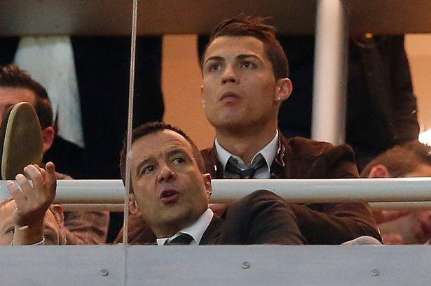 """Doi hinh ngoi sao cua sieu co Jorge Mendes hinh anh 10 Tiền đạo: Cristiano Ronaldo (Real Madrid): Siêu sao người Bồ Đào Nha gắn bó với Jorge Mendes từ khi còn thi đấu ở đội trẻ của Sporting Lisbon. """"Siêu cò"""" đã thay mặt Ronaldo thực hiện mọi giao dịch trong một thời gian dài. Mối quan hệ của họ đã thân thiết đến mức, chân sút chủ lực của Real đã mua đứt một hòn đảo ở Hy Lạp làm quà cưới tặng người đại diện của mình."""