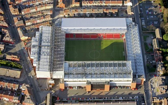 """Old Trafford - san van dong hoanh trang nhat Ngoai hang Anh hinh anh 6 5. Anfield (Liverpool- sức chứa: 45.522 người): Bất kể đội bóng thi đấu tốt hay dở, """"Thánh địa Anfield"""" luôn được đánh giá là sân vận động sở hữu bầu không khí cuồng nhiệt nhất tại Premier League. Giai điệu quen thuộc """"You'll never walk alone"""" vang lên từ 4 phía khán đài sẽ khiến bất kỳ ai mới đến đây đều phải sởn gai ốc."""
