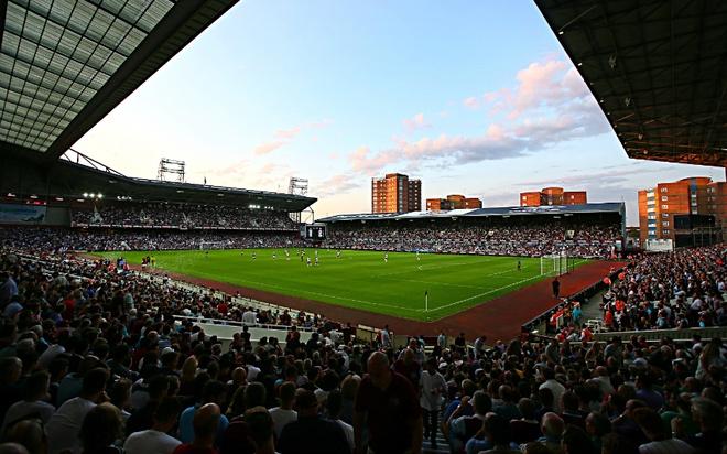 """Old Trafford - san van dong hoanh trang nhat Ngoai hang Anh hinh anh 1 10. Boleyn Ground (West Ham- sức chứa: 35.016 người): Sân nhà của """"The Hammers"""" còn được biết đến với cái tên Upton Park. Dù không có dịch vụ tốt như các nơi khác, tuy nhiên, sự sôi động ở đây có thể sánh ngang với bất cứ sân vận động hàng đầu nào tại Premier League."""