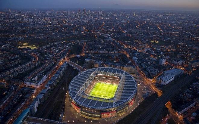 """Old Trafford - san van dong hoanh trang nhat Ngoai hang Anh hinh anh 9 2. Emirates (Arsenal- sức chứa: 60.432 người): Việc rời Highbury để chuyển đến Emitates năm 2006 đem lại những khoản lợi nhuận khổng lồ về kinh tế nhưng lại không thể giúp """"Pháo thủ"""" tìm lại ánh hào quang trong quá khứ. Tuy nhiên, đoàn quân của Arsene Wenger may mắn khi vẫn nhận được sự ủng hộ vô điều kiện từ người hâm mộ."""