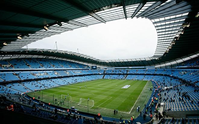 """Old Trafford - san van dong hoanh trang nhat Ngoai hang Anh hinh anh 8 3. Etihad (Manchester City- sức chứa: 55.000 người)Lượng fan của """"The Citizen""""  tăng lên đáng kể sau những mùa giải liên tục gặt hái thành công. Trước những tín hiệu đáng mừng, BLĐ """"Man xanh"""" đã tiến hành nâng cấp khán đài phía nam để phục vụ người hâm mộ trên toàn thế giới. Thậm chí, những ông chủ người Ả Rập đang lập kế hoạch mở rộng thêm khán đài phía bắc để nâng sức chứa của sân Etihad lên con số 60.000 khán giả, vượt qua sân nhà của những đội bóng hàng đầu khác như Arsenal, Liverpool."""