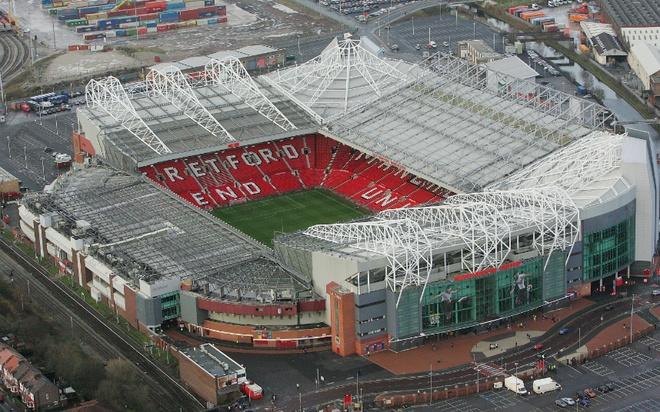 """Old Trafford - san van dong hoanh trang nhat Ngoai hang Anh hinh anh 10 1. Old Trafford (Manchester United- sức chứa: 75.731 người): Với tư cách là đội bóng giàu thành tích nhất xứ sở sương mù, dễ hiểu khi """"Quỷ đỏ"""" sở hữu lượng fan hâm mộ trên khắp mọi nơi trên thế giới. Dù đã có những dấu hiệu sa sút trong những năm vừa qua, """"Nhà hát của những giấc mơ"""" vẫn xứng đáng là sân vận động có bầu không khí bóng đá cuồng nhiệt nhất Premier League."""