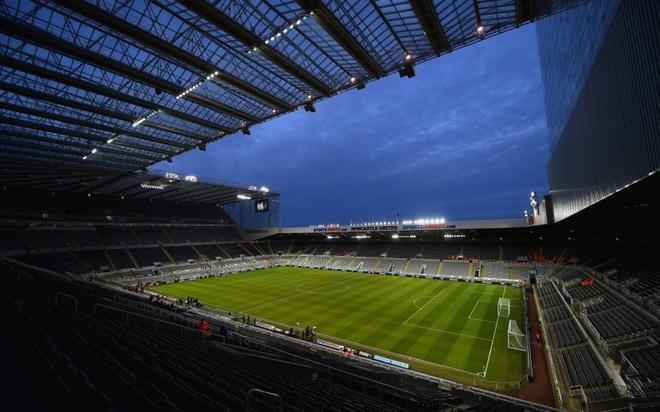 """Old Trafford - san van dong hoanh trang nhat Ngoai hang Anh hinh anh 7 4. Saint James' Park (Newcastle- sức chứa: 52.405): Sân nhà của """"Chích chòe"""" chính là niềm tự hào và là thương hiệu không thể thay thế tại thành phố vùng đông bắc nước Anh. Trước đó, đội bóng có 4 chức vô địch quốc gia vấp phải làn sóng phản đối từ người hâm mộ khi đổi tên sân vận động thành Sport Direct Arena vào năm 2001 do làm ăn thua lỗ. Chỉ một năm sau, những nhà tài trợ đã giúp Newcastle khôi phục lại cái tên gắn liền với 119 năm lịch sử của CLB."""