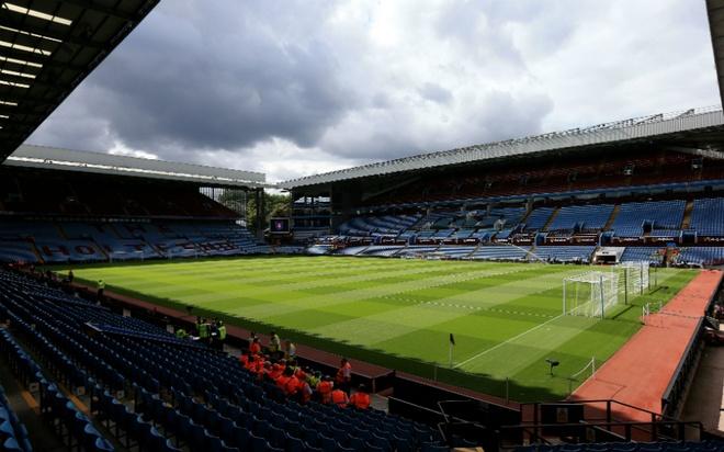 """Old Trafford - san van dong hoanh trang nhat Ngoai hang Anh hinh anh 5 6. Villa Park (Aston Villa- sức chứa: 42.788 người) : Thành lập vào năm 1874, """"The Villians"""" là một trong những đội bóng có lịch sử lâu đời nhất tại giải Ngoại hạng. Không khí bóng đá mang đặc trưng của xứ sở sương mù chính là điểm thu hút người dân bản xứ và cả khác du lịch đến thăm quan thành phố Birmingham."""