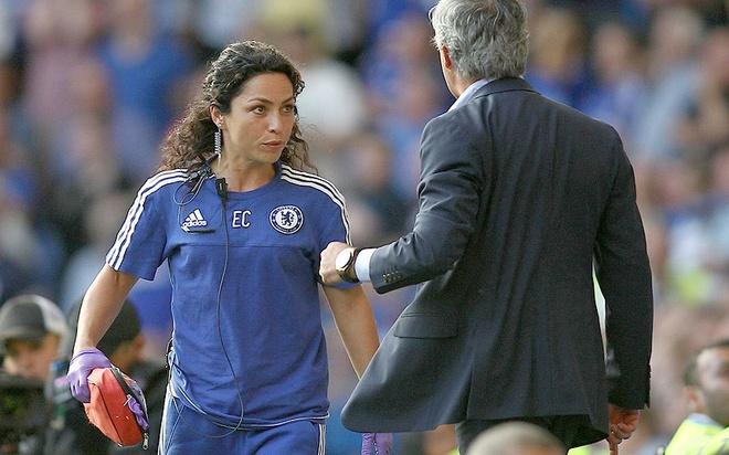"""5 vu be boi noi tieng trong su nghiep cua Mourinho hinh anh 4 4. Xích mích với Eva Cainero, nữ bác sĩ của Chelsea (2015): Vị thuyền trưởng của """"The Blues"""" đã tức điên khi đội bóng của mình bị Swansea cầm hòa 2-2 tại Stamford Bridge. Bên cạnh đó, hành động tự ý chạy vào sân chăm sóc chấn thương cho Eden Hazard của Eva càng khiến Mourinho nóng mắt. Phóng viên đã ghi lại những hình ảnh cho thấy khuôn mặt hậm hực của """"Người đặc biệt"""" cùng những lời lẽ xúc phạm với Eva Cainero. Kết quả, nữ bác sĩ nóng bỏng đã từ chức sau khi lĩnh án phạt từ HLV người Bồ Đào Nha."""