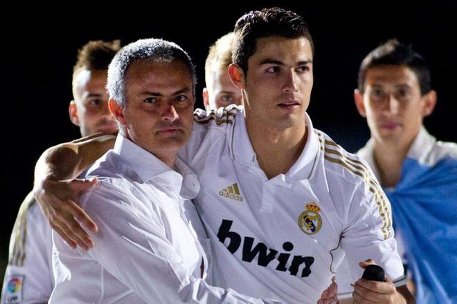 """5 vu be boi noi tieng trong su nghiep cua Mourinho hinh anh 2 2. Nhục mạ tuổi thơ của Cristiano Ronaldo (2007): Trong mùa giải cuối cùng Mourinho dẫn dắt Chelsea, Ronaldo, ngôi sao của M.U khi đó đã khẳng định vị thuyền trưởng của """"The Blues"""" chỉ là một kẻ bảo thủ luôn cho mình là đúng. Jose cũng không phải dạng vừa, ông lập tức bác bỏ những cáo buộc trên và cho rằng chân sút người đồng hương có một tuổi thơ gian khó và không được giáo dục."""