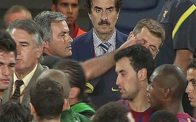 """5 vu be boi noi tieng trong su nghiep cua Mourinho hinh anh 1 1. Chọc tay vào mắt Tito Vilanova (2011): Mourinho tỏ ra ấm ức sau khi để thua Barcelona với tổng tỷ số 5-4 sau hai lượt trận tại Copa Del Rey mùa giải 2011/12. Vị vậy, nhà cầm quân 54 tuổi đã có những lời qua tiếng lại với cố HLV Tito Vilanova, khi đó đang là trợ lý của Pep Guardiola. Hành động lợi dụng đám đông lộn xộn để chọc vào mắt Tito của """"Người đặc biệt"""" đã không thoát khỏi sự giám sát của camera an ninh. Phải mất một năm sau, chiến lược gia người Bồ Đào Nha mới chịu đăng đàn thừa nhận hành vi của mình và gửi lời xin lỗi người đồng nghiệp bên phía Barca."""