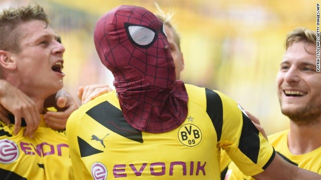 Sao Dortmund muon soan ngoi Ronaldo, Messi hinh anh
