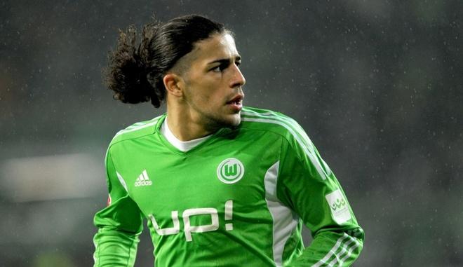 Louis Van Gaal nham sao Wolfsburg de thay the Luke Shaw hinh anh