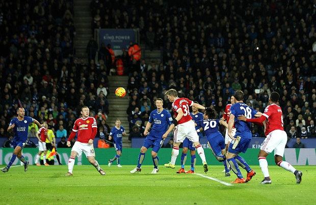 5 diem nhan sau tran hoa cua MU truoc Leicester City hinh anh 2 Các hậu vệ Leicester mắc lỗi trong pha gh