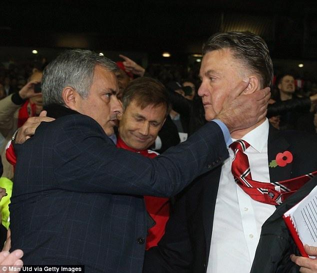 Louis Van Gaal khong muon chiu chung so phan voi Mourinho hinh anh 1