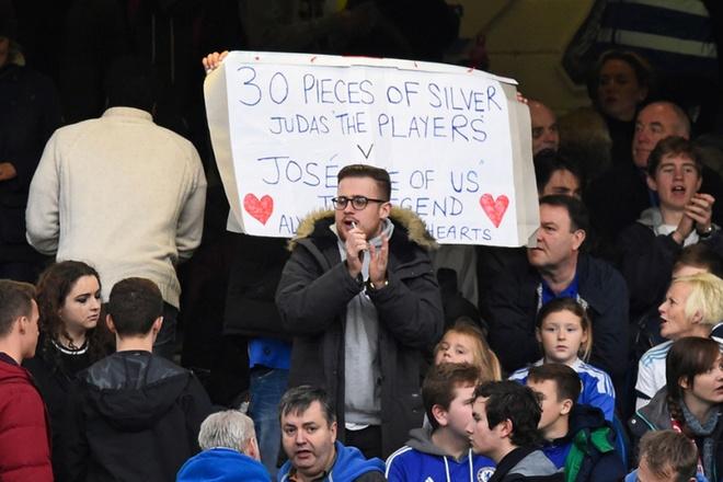 Co dong vien Chelsea phan doi cau thu, ung ho Mourinho hinh anh 2