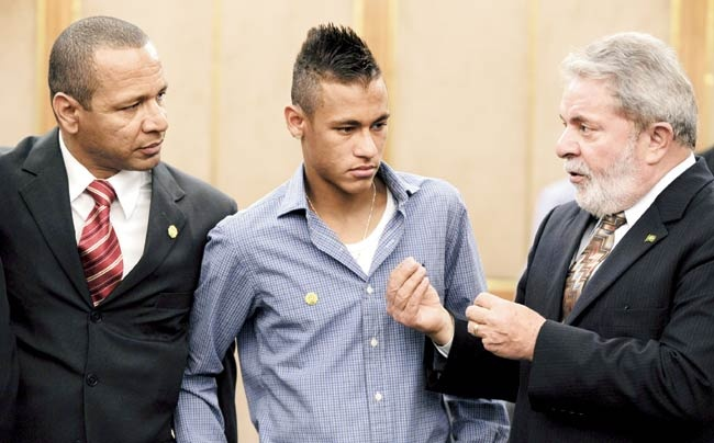 Sau Messi, Mascherano, den luot Neymar bi buoc toi tron thue hinh anh