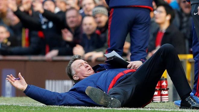Van Gaal xin loi sau pha an va tren duong pitch hinh anh